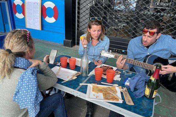 """Ce lundi 1er février, des restaurants ont ouvert """"clandestinement"""" malgré les risques encourus, comme cette crêperie dans le Var."""