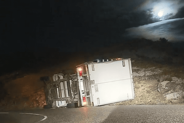 Un camion renversé par les bourrasques, à Teghime cette nuit