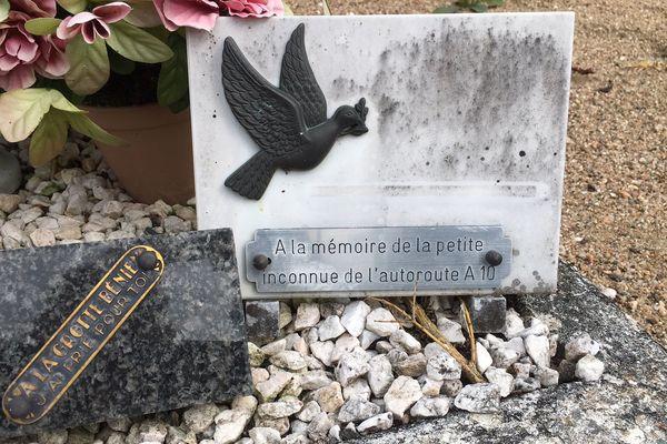 La petite inconnue repose dans le cimetière de Suèvres (Loir-et-Cher)