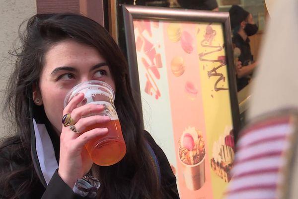 Une petite bière dans la rue, à Strasbourg, le 21 février 2021.