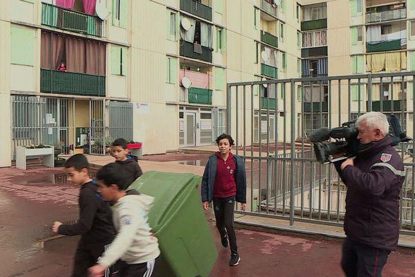 Silence on tourne : caméra à l'épaule pour les pompiers du Gard qui filment les enfants du quartier Pissevin associés au projet.