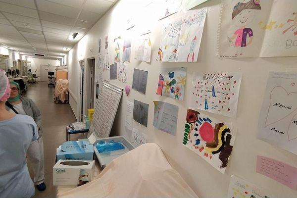 service réanimation hôpital Purpan Toulouse, sur les murs les messages de remerciement