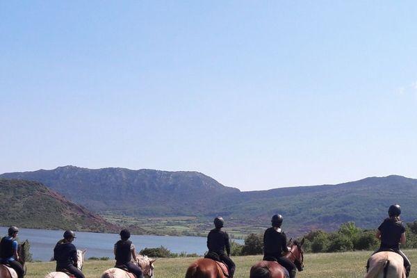 Promenade à cheval en centre équestre avant le confinement.