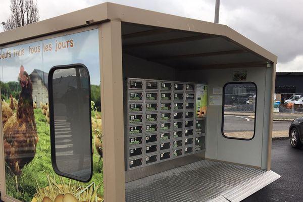 Chaque semaine, Christophe Izoulet écoule près de 400 œufs dans ce distributeur. Des œufs qui sont produits à la limite entre le Lot et le Cantal.