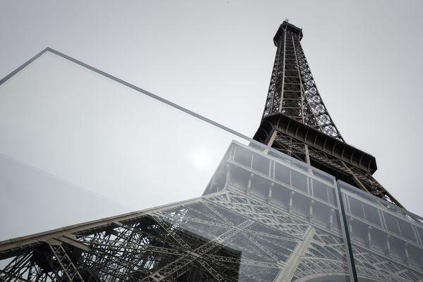 La vitre pare-balle installée devant la Tour Eiffel, le 14 juin 2018.