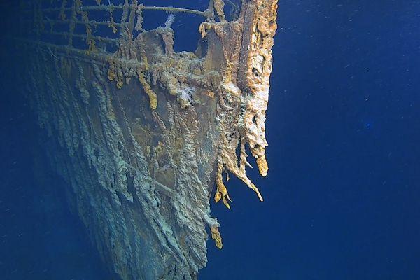 L'épave du Titanic repose à plus de 3 800 mètres de profondeur dans l'Atlantique Nord, sur les Grands Bancs de Terre-Neuve.