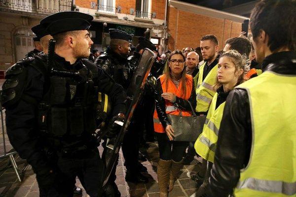 En attendant... des manifestants en gilet jaune attendaient le président Macron autour de l'hôtel de ville de Reims.