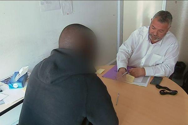 Un jeune migrants lors d'une entretien au Saemna à Bordeaux en mars 2019.