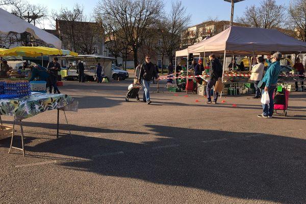 Peu de monde dans les allées du marché de Limoges Marceau ce samedi 21 mars 2020