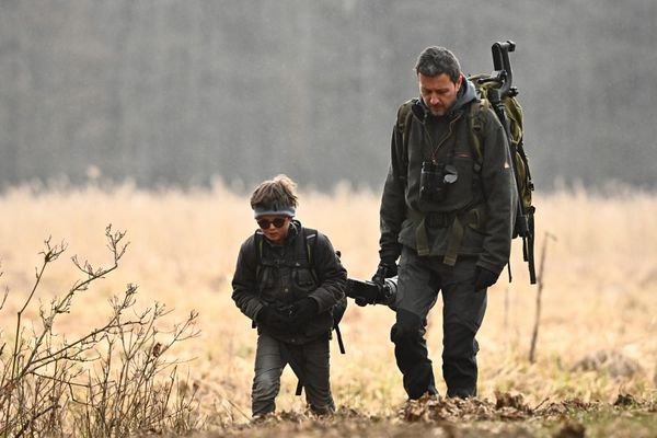 Eliott et son père Fabien Bruggamn à Bialowieza en Pologne, en mars 2021.
