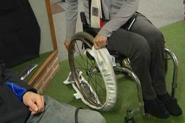 """La """"chaussette"""" fabriquée à Dainville doit empêcher les fauteuils roulants de glisser sur la neige."""