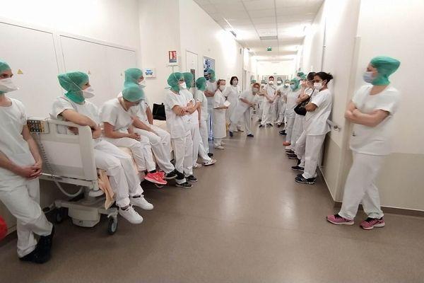 Dans le service réanimation de l'hôpital Purpan à Toulouse, une équipe de soignants s'apprête à en relayer une autre