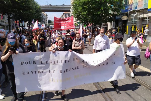 Près de 500 personnes ont défilé cet après-midi dans les rues de Nice pour l'égalité et les libertés et contre l'extrême-droite.