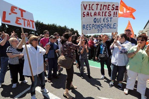 Castelnaudary (Aude) - le Comité d'entreprise du 5 juin 2013 et les salariés qui attendent à l'extérieur de l'entreprise.
