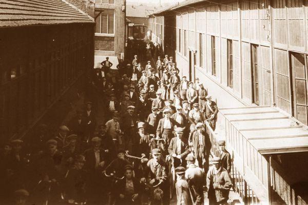 Les ouvriers de la clouterie de Creil à la sortie de l'usine