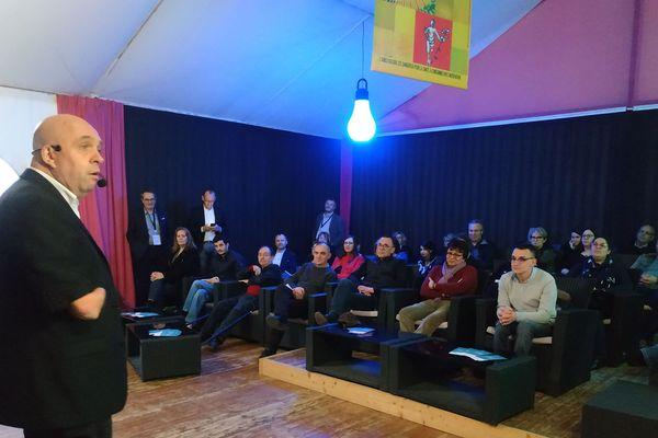 Philippe Croizon devant des entrepreneurs pour parler de l'emploi des handicapés