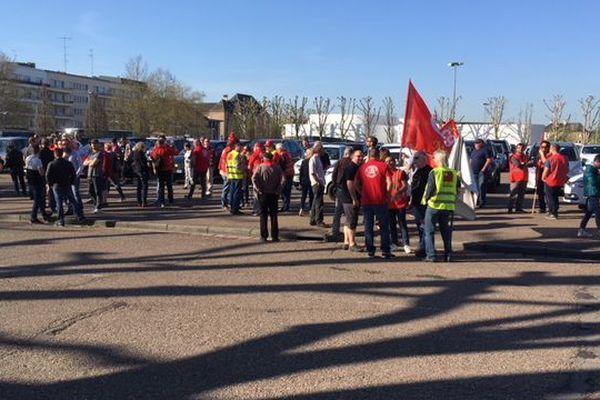 Une petite centaine de manifestants s'est rassemblé à Thionville (Moselle) ce jeudi 19 avril 2018.