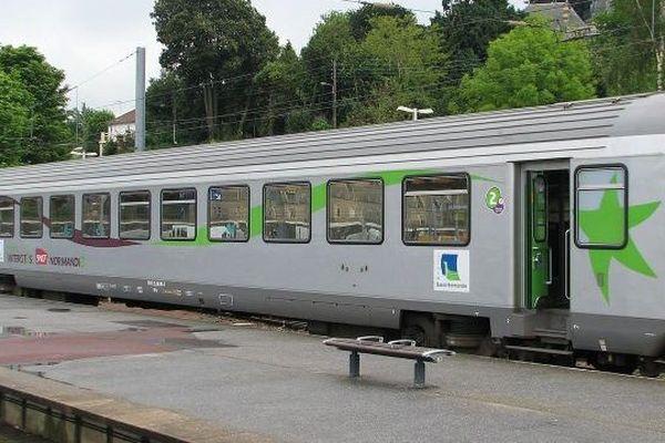 Un train Corail Intercités en gare de Cherbourg, archives
