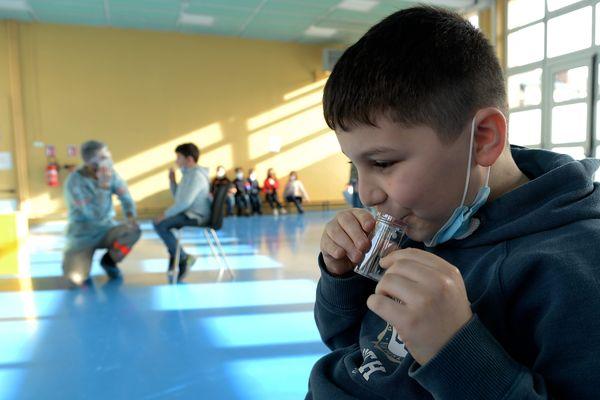 Tests salivaires dans les écoles - illustration.