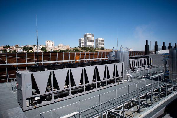 Extérieur du centre de données de Marseille INTERXION MRS3 qui compte plus de 10 CDMs et plates-formes de contenus numériques sur plus de 7000 m2.