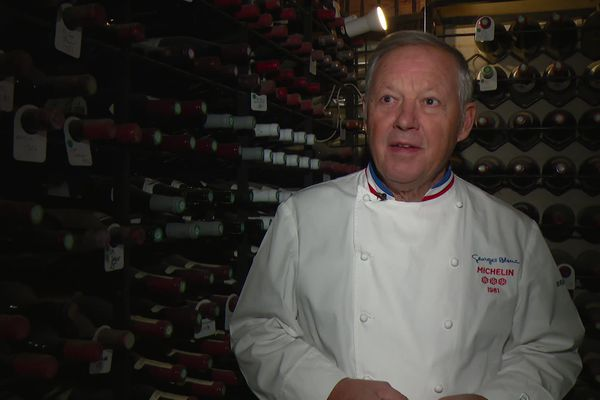Georges Blanc dans le Saint des saints, la cave qui regroupe les trésors de son restaurant.