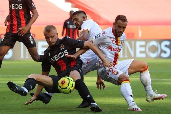La défense lensoise a été poussée à la faute par l'OGC Nice ce dimanche à l'Allianz Riviera.