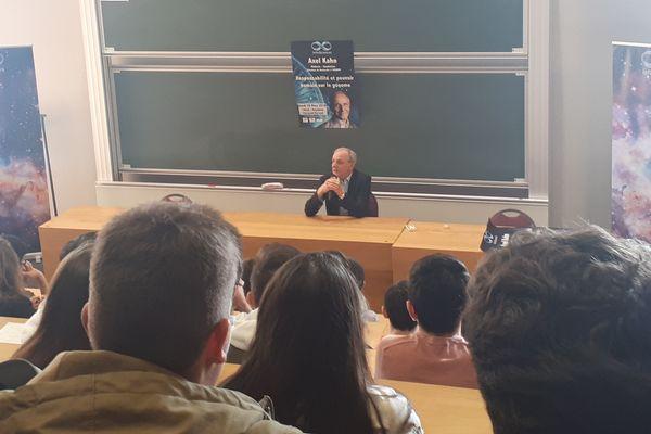 Le scientifique Axel Kahn est venu deux jours dans le Puy-de-Dôme, les 29 et 30 mars, il a donné une conférence et a échangé avec des lycéens.