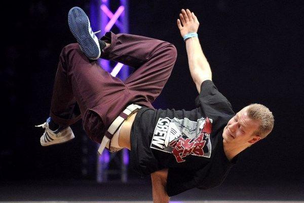 Un b-boy lors de la Battle of the Year en 2010, une des compétitions internationales de breakdance.