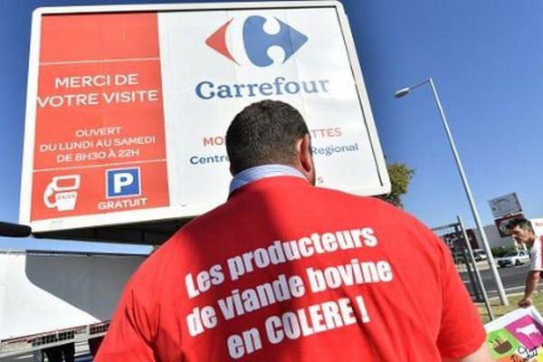 L'action des éleveurs bovins devant le Carrefour de Montpellier, le 7 septembre 2016.