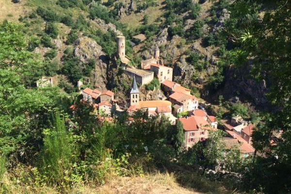 Saint-Floret dans le Puy-de-Dôme est situé au sud de Clermont-Ferrand. Ce village de 280 habitants est classé parmi les plus beaux de France.