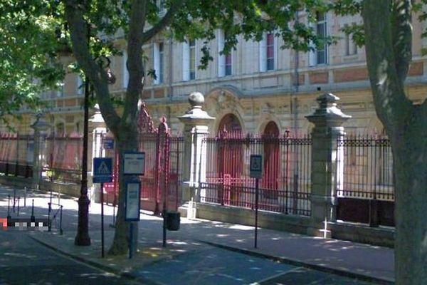 Narbonne (Aude) - Collège Victor Hugo et arrêt de bus où s'est produit l'agression - archives