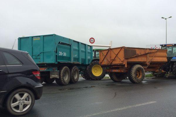 Des agriculteurs ont bloqué samedi après midi l'intégralité des entrées de la grande surface Géant Casino de Cholet, dans le Maine-et-Loire.