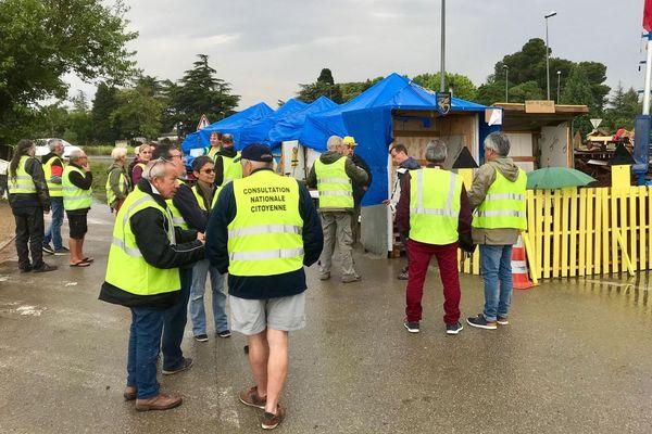 Ils sont une vingtaine de Gilets jaunes mobilisés devant l'entreprise.