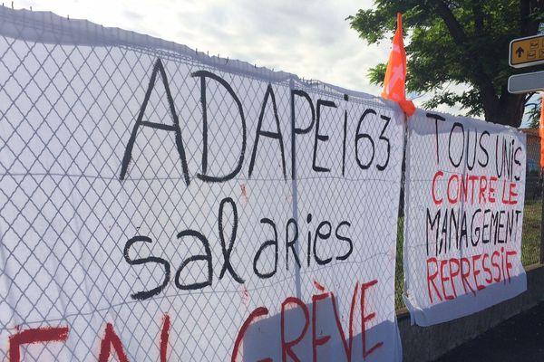 Des salariés de l'Adapei 63 ont cessé le travail depuis samedi 9 juin. Mardi 12 juin, les grévistes se sont retrouvés devant le siège de l'association à Clermont-Ferrand.