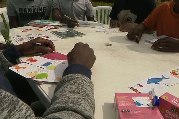 Des bénévoles enseignent le Français à ces jeunes migrants arrivés en France sans leur famille.