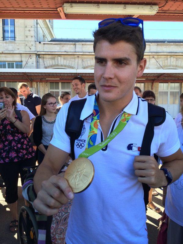 Pierre Houin est arrivé sous les applaudissements, sa précieuse médaille d'or autour du cou