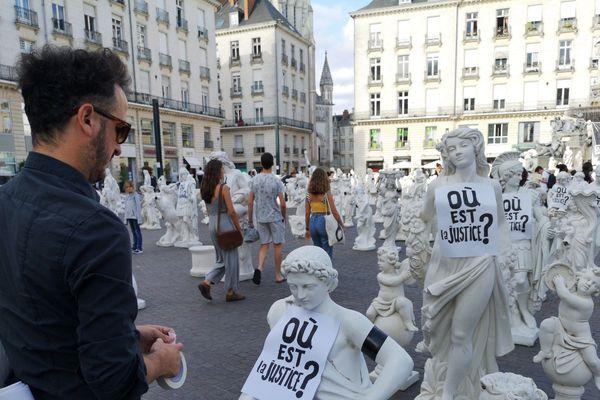 De nouvelles affichettes apposées sur les statues de la place Royale à Nantes