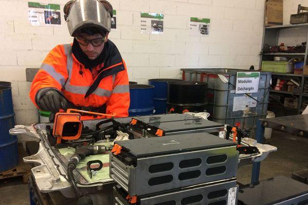 Les batteries de voitures électriques sont découpées, avant d'être recyclées sur le site de Dieuze en Moselle.
