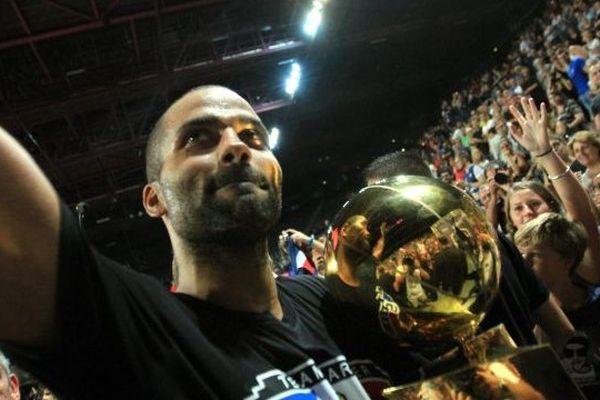Tony Parker à l'Arena de Montpellier présente le trophée du NBA