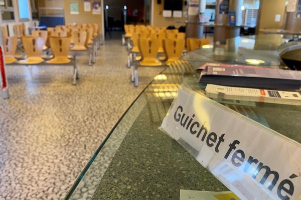 Le hall d'accueil du centre des impôts de Limoges vide de tout contribuable