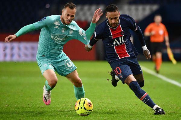 Neymar, ici avec le milieu de terrain angevin Antonin Bobichon, est l'auteur de deux des six buts des parisiens lors du match contre le SCO