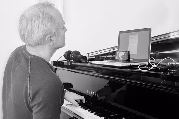 Christophe travaille avec un élève sur la chanson lors d'un cours à distance