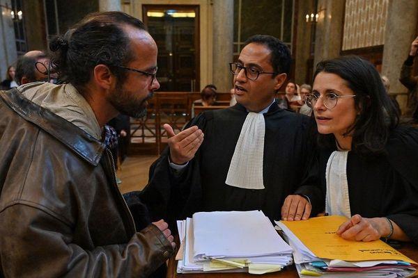 Le 11 mars 2020, avant le début de l'audience devant la Cour d'appel de Lyon, l'agriculteur Cédric Herrou échange avec ses avocats, Zia Oloumi et Sabrina Goldman.