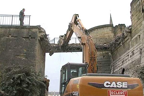 Destruction de la passerelle de la porte Saint-Pierre du château de Caen ce mardi 8 janvier