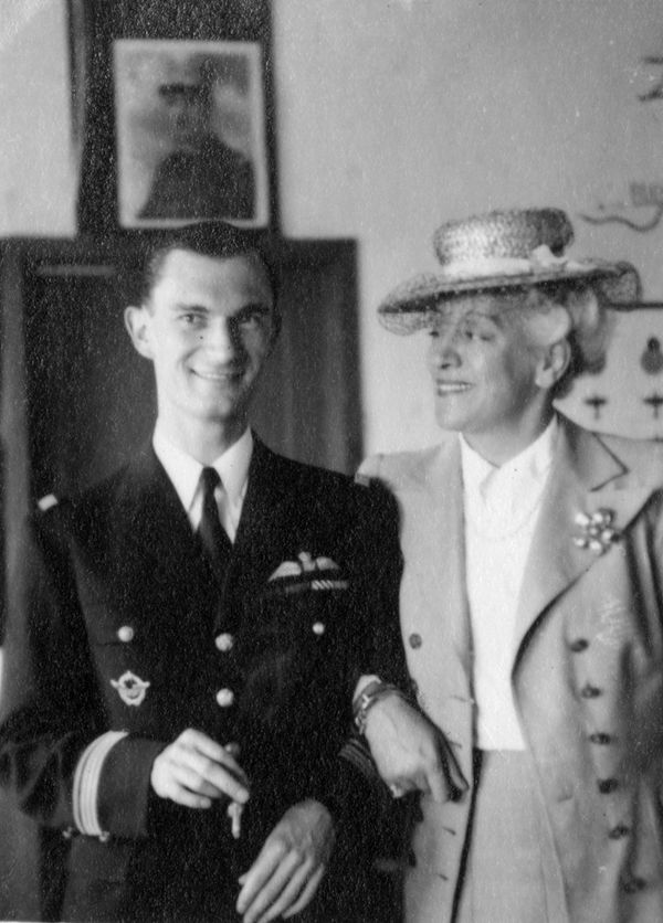 René Mouchotte posant à Biggin Hill avec l'actrice française Françoise Rosay, soutien de la France Libre, le 18 avril 1943.