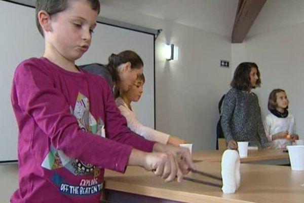 Les apprentis marionnettistes apprennent vite et sont invités à inventer leurs propres histoires.