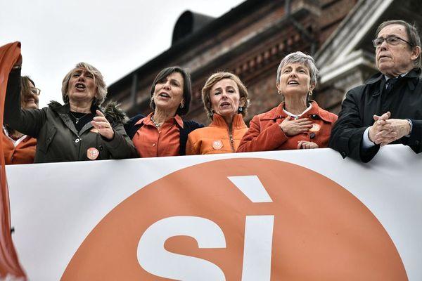 Adele Olivero, Simonetta Carbone, Patrizia Ghiazza, Giovanna Giordano Peretti et le politicien Mino Giachino, chantent l'hymne national lors de la manifestation de milliers de personnes en soutient au projet de ligne ferroviaire à grande vitesse (TAV) Lyon/Turin, le 10 novembre 2018, sur la Piazza Castello à Turin.