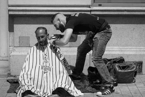 """Kevin Ortega, le """"coiffeur des sans-abris"""" arpente depuis plus d'un an, les rues de Marseille pour prendre soin d'eux (source: Facebook)"""