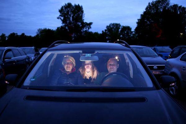 Pour respecter les mesures de sécurité, le moteur du véhicule devra être éteint et les spectateurs devront rester dans leurs voitures pendant toute la durée du concert.