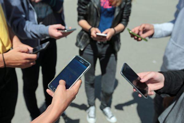 """""""Je suis effrayée quand je les vois dans les couloirs et dans la cour avec leur portable à la main, ils ne se regardent plus"""", explique une enseignante"""